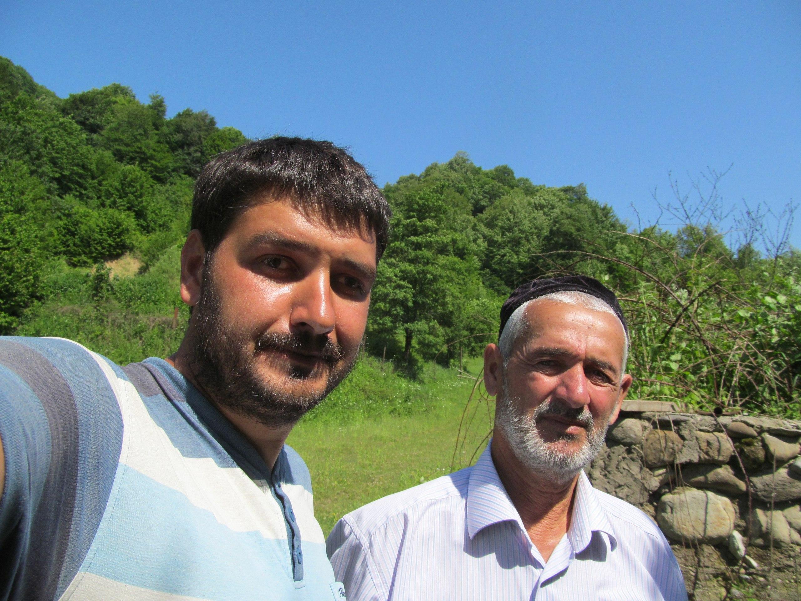 Чеченцы пристально рассматривают незнакомцев, подробно расспрашивают, кто они и зачем к ним приехали. И только после заводят душевную беседу