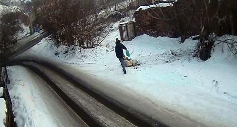 Мужчина по дороге на работу выкидывал мусор у знака «Свалка запрещена» и получил штраф