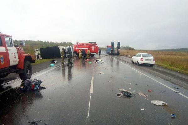Обломки машин и содержимое салонов разлетелись по дороге