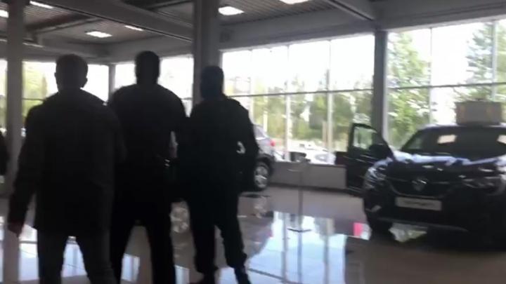 Представитель автосалона, обманувшего больше 20 челябинцев, попался на взятке полицейскому