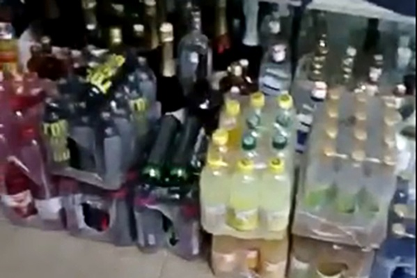 Упаковки с алкоголем хранили под прилавком