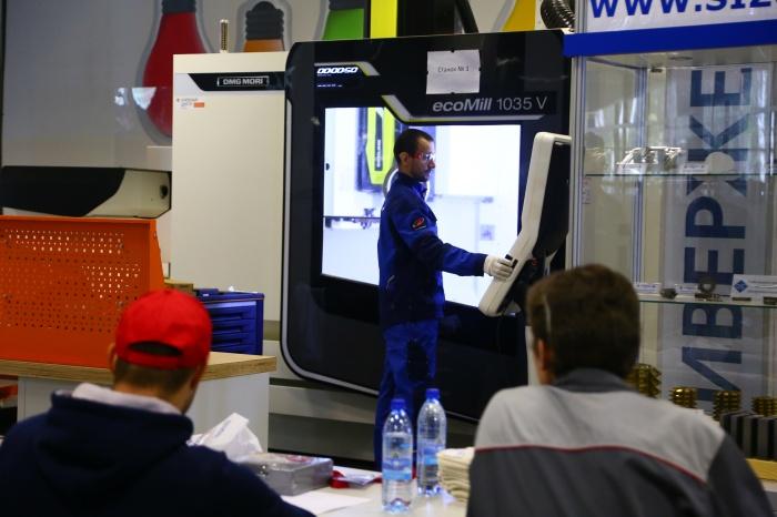 В первый соревновательный день представители команд приступили к выполнению заданийпо фрезерной и токарной компетенциям