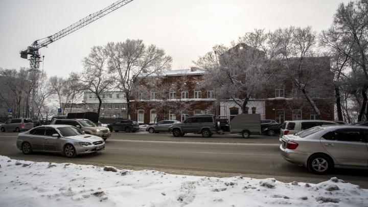 Стройка попала в охранную зону: рядом с историческим зданием в Новосибирске возводят гостиницу