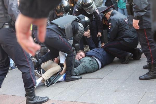 Некоторых участников протестных акций в Москве задерживали жестко — с применением физической силы, дубинок