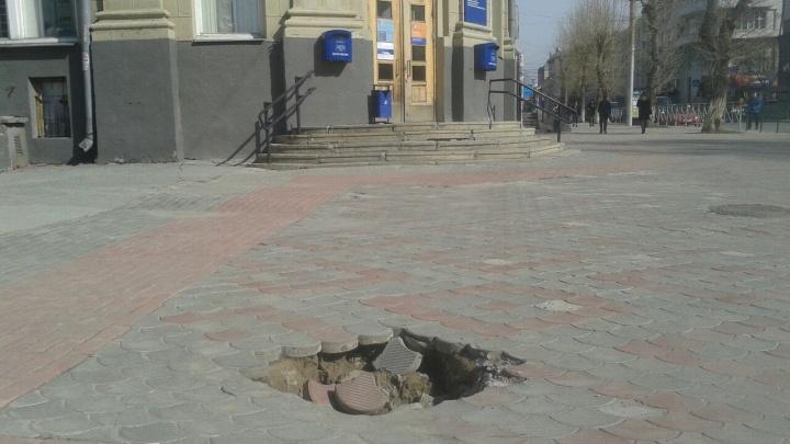 Фото: у почтамта на Советской провалилась тротуарная плитка