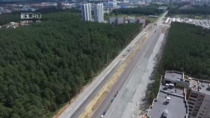 Новая дорога уже частично заасфальтирована, и ей начинают пользоваться местные жители