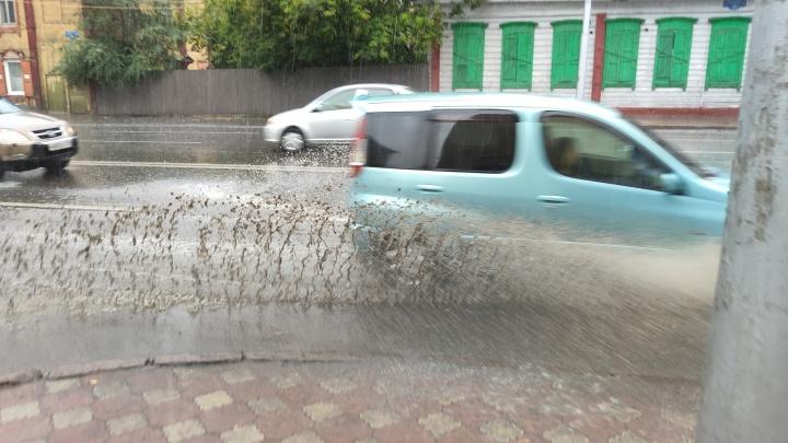 Последний летний дождь затопил лужами улицы Красноярска