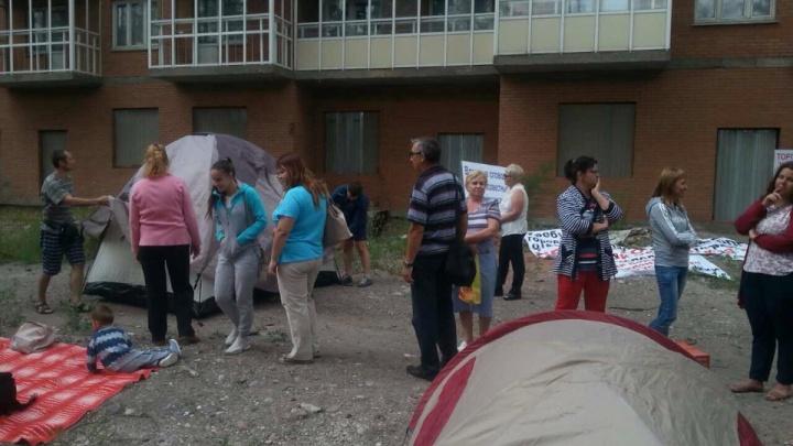 Дольщики недостроенного дома на Грунтовой разбили палаточный лагерь у многоэтажки