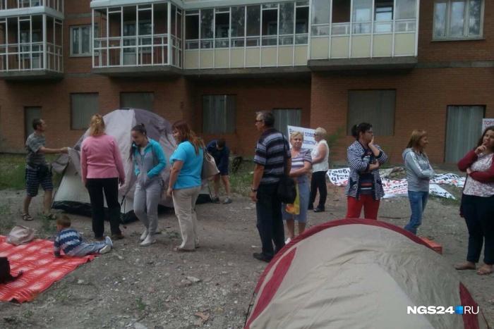 Отчаявшиеся дольщики разбили палаточный лагерь на ул. Грунтовой