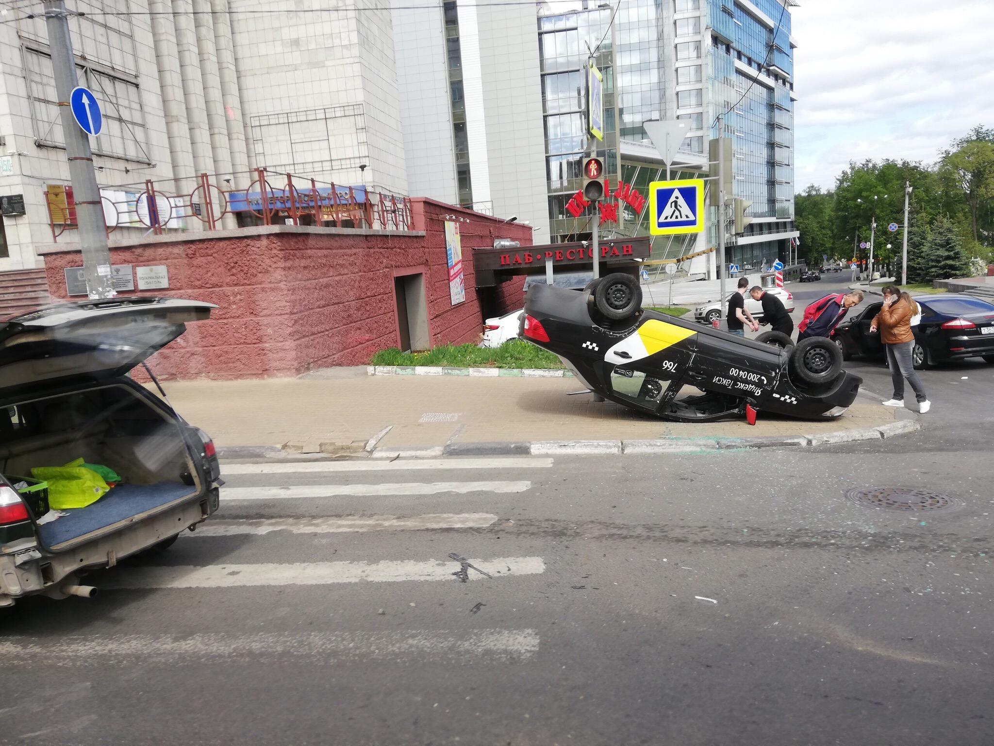 «Яндекс.Такси» перевернулось на улице Максима Горького