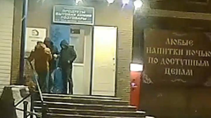 Полиция ищет троих мужчин, причастных к избиению собаки у магазина с алкоголем в Арзамасе
