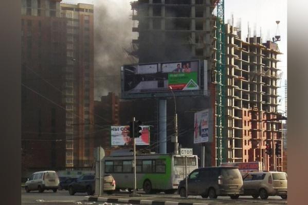 Очевидцы заметили дым около 15:15