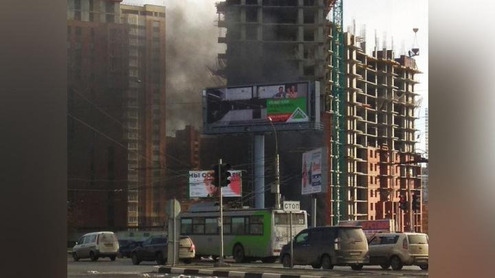 У «Сибирского Молла» поднялся столб чёрного дыма: на место вызвали пожарных