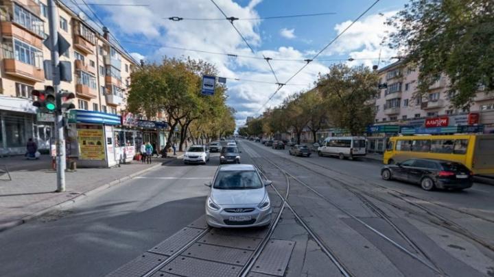 В Екатеринбурге на неделю закрыли движение по 8 Марта из-за строительства остановок