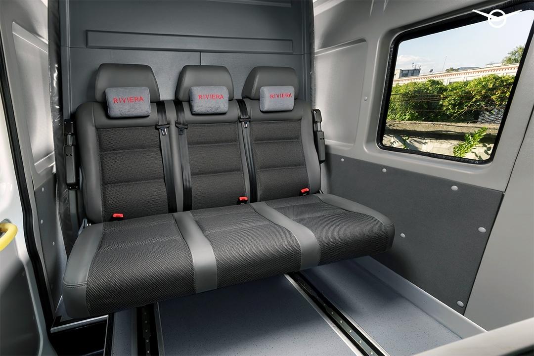 Посередине расположены три кресла, которые вместе с задней стенкой сдвигаются вперед. Интересно, будет ли версия со спальными местами?