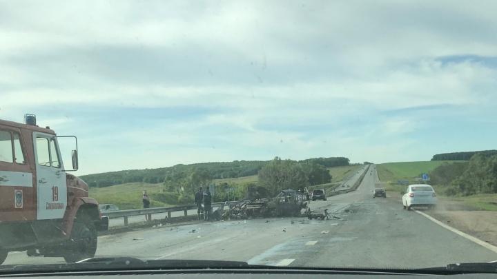 Видео: на трассе Уфа — Оренбург в ДТП с тремя иномарками дотла сгорел автомобильPeugeout