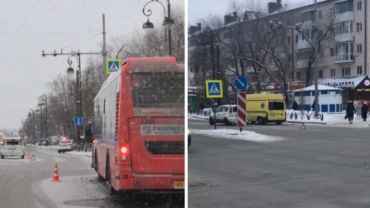 Две тюменки пострадали при столкновении автобуса и двух легковушек на Республики