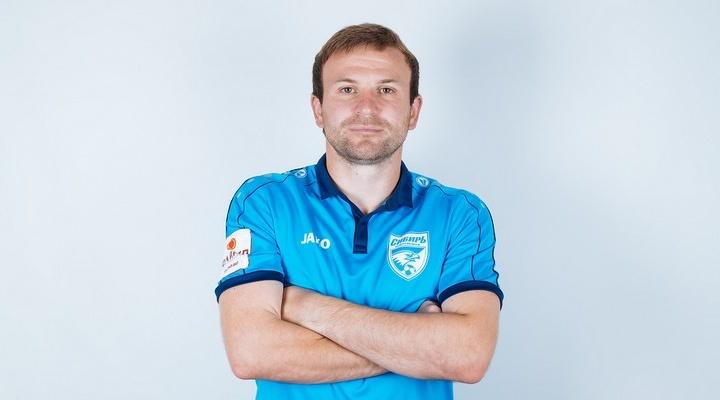Новосибирский футболист выбил ногой стекло в кабине судьи— его дисквалифицировали на два матча