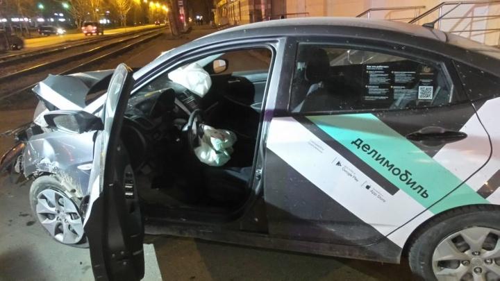 На Блюхера «Делимобиль» с 19-летним парнем за рулем врезался в столб и отлетел на тротуар