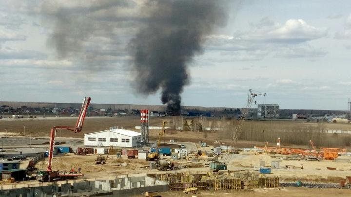 Черный дым над Плеханово: на окраине Тюмени загорелось трехэтажное здание