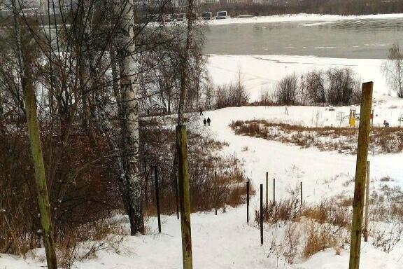 В Новосибирске железными трубами огородили популярное место катания на ватрушках