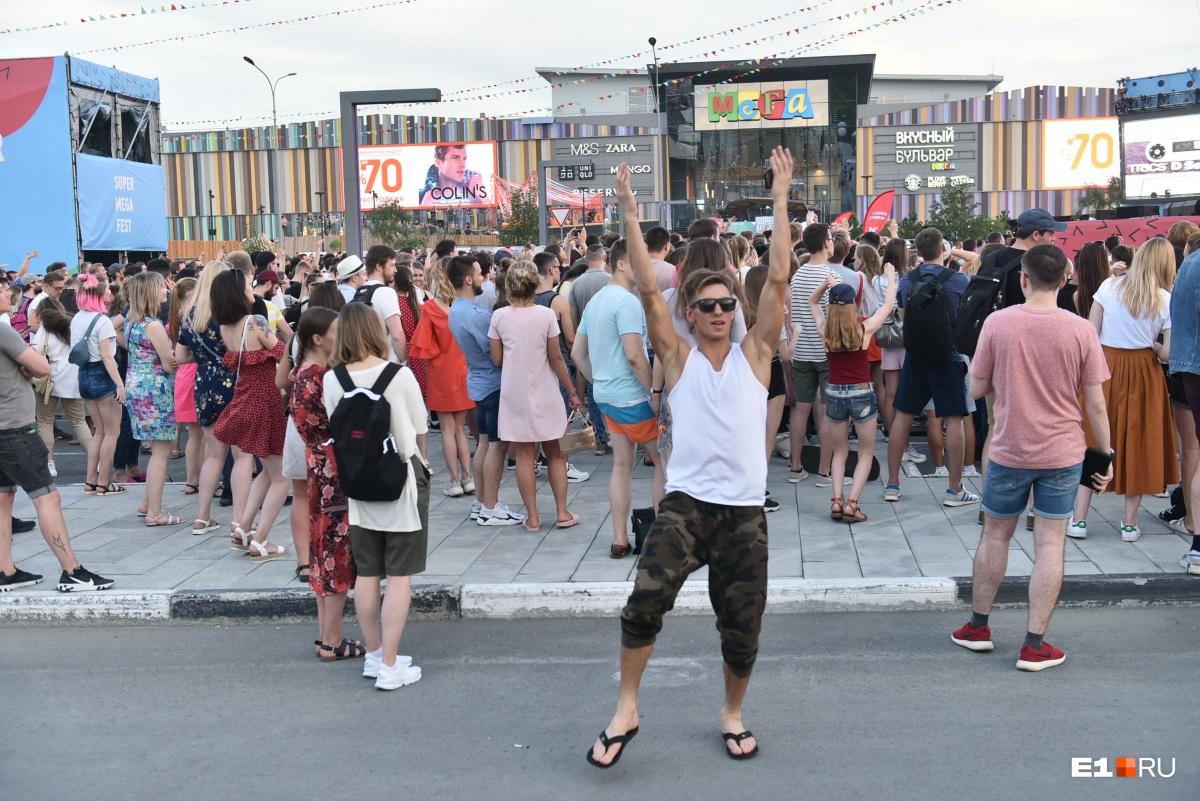 Танцевали и вне толпы