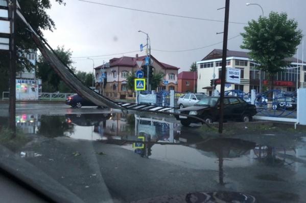 Находиться на улице в такую непогоду опасно. От сильных порывов ветра рушатся различные конструкции и падают деревья