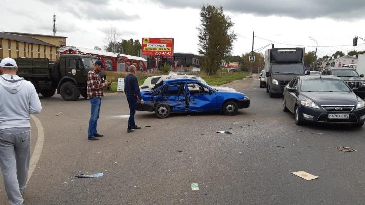 В Кстове около автостанции столкнулись три машины. Из-за разлива топлива вызывали спасателей