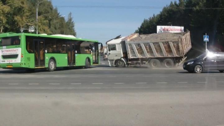 Самосвал на скорости влетел в автобус и завалился на бок: момент ДТП на Республики попал на видео
