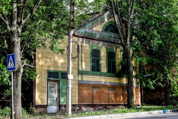 На Малой Ямской, 28 относительно удачный баннер — за деревьями почти похоже на настоящий дом