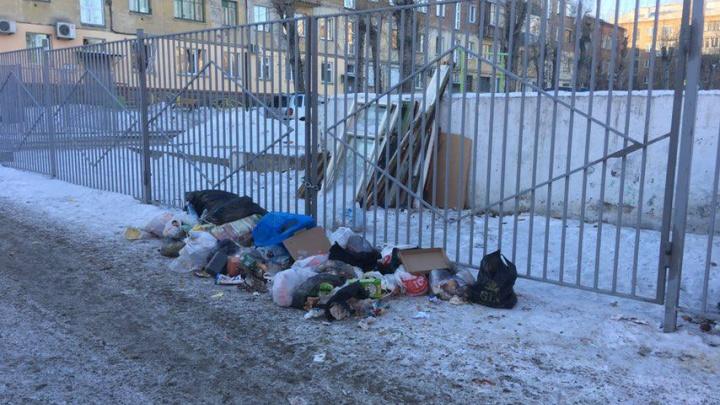 На Свободном жители дома огородили двор и мусорные баки. Теперь соседи бросают мусор у забора