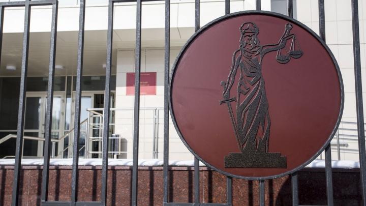 Двух новосибирцев отправили в колонию за поддельные документы для 300 мигрантов