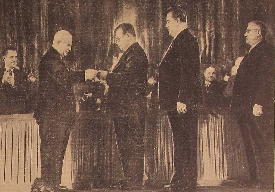 Никита Хрущёв вручает Свердловской области орден Ленина