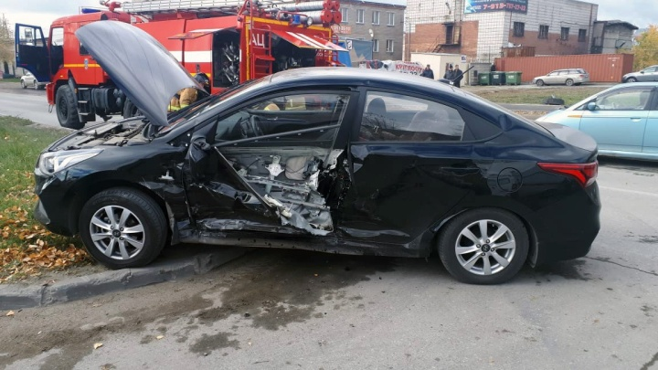 Две машины столкнулись на Богдашке: водителя Hyundai пришлось вырезать из салона
