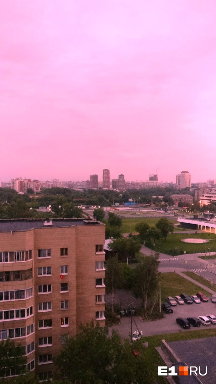Над Екатеринбургом этим утром поднялся кроваво-красный рассвет