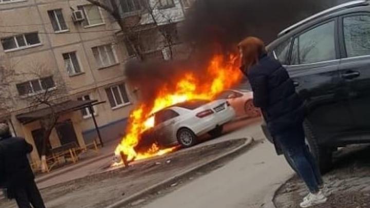 В Ростове загорелся «Мерседес» с женщиной и ребенком