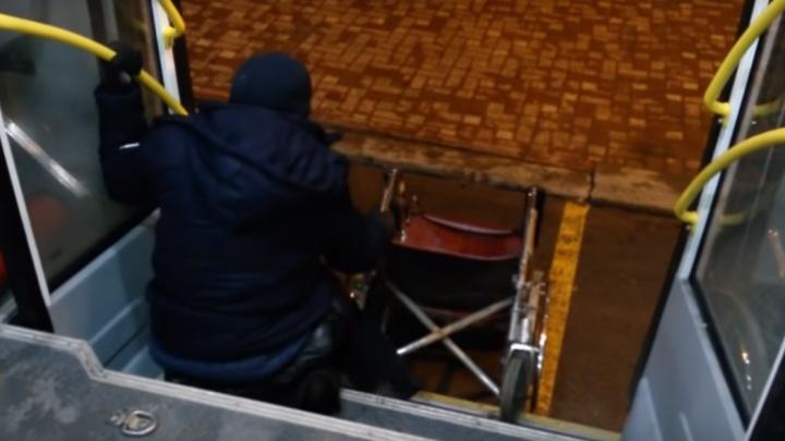Ростовчанин пожаловался на водителей автобусов, которые отказываются выдвигать пандус для колясок