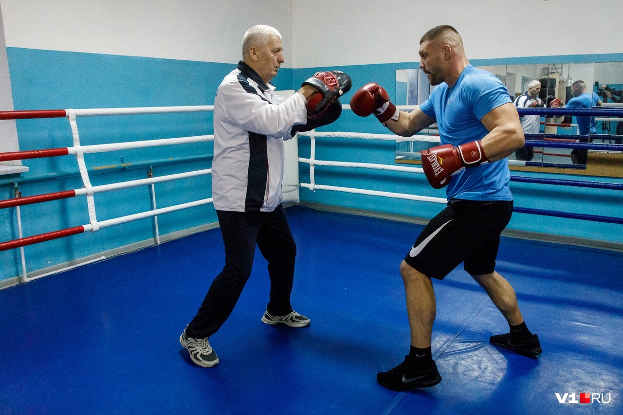 Работа на «лапах» — неотъемлемая часть тренировки любого боксёра