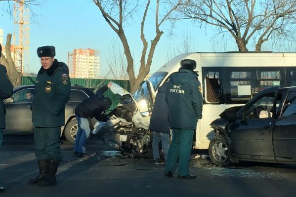 На месте аварии работают несколько экипажей ДПС