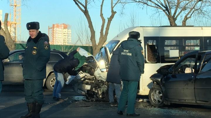 Выехал через двойную сплошную: в центре Челябинска иномарка врезалась в маршрутку