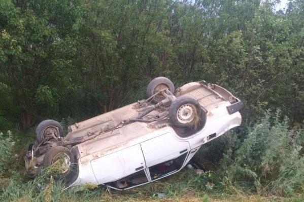 Автомобиль вылетел с дороги и перевернулся