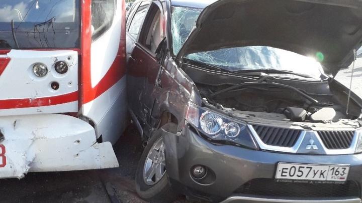 Движение встало: на Ново-Садовой столкнулись трамвай и Mitsubishi