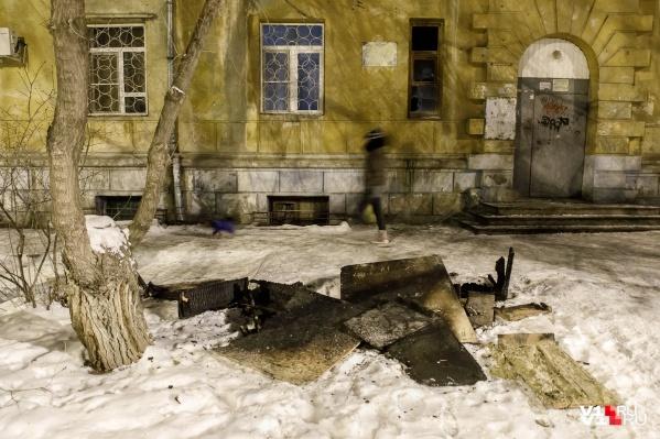 Жильцы уверены, что их дом подожгли, занеся в подъезд доски и облив их керосином