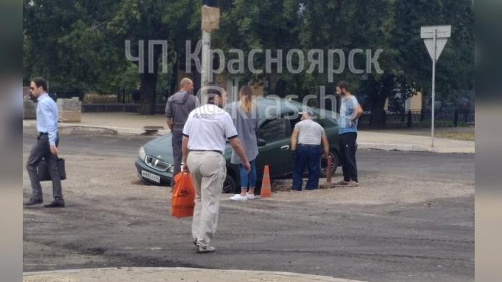 Водитель выехал на ремонтируемый участок улицы Ленина и провалился в яму
