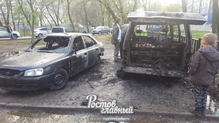 В Ростове на Западном возле 112-й школы сгорели три автомобиля