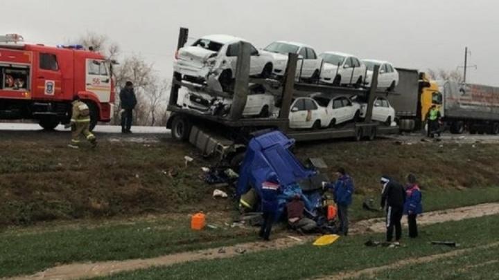 От удара оторвало кабину: на трассе в Волгоградской области лоб в лоб столкнулись фура и автовоз