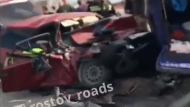 В Ростове на Западном в страшном ДТП пострадало три человека