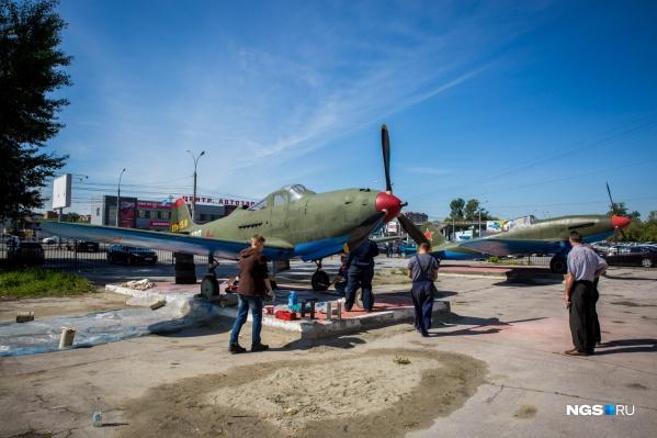 Возле центрального входа в Новосибирский технический колледж установлен любимый самолёт Покрышкина