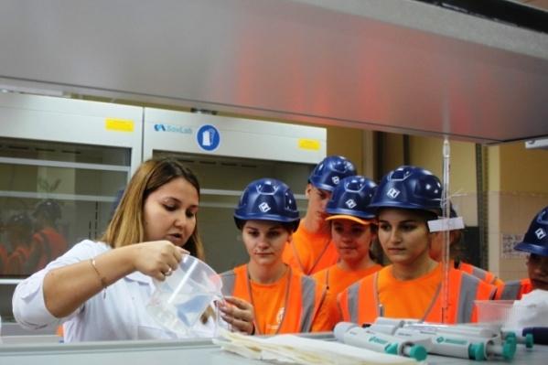 Котельниковцы побывали в лабораториях ГОКа и даже на фабрике
