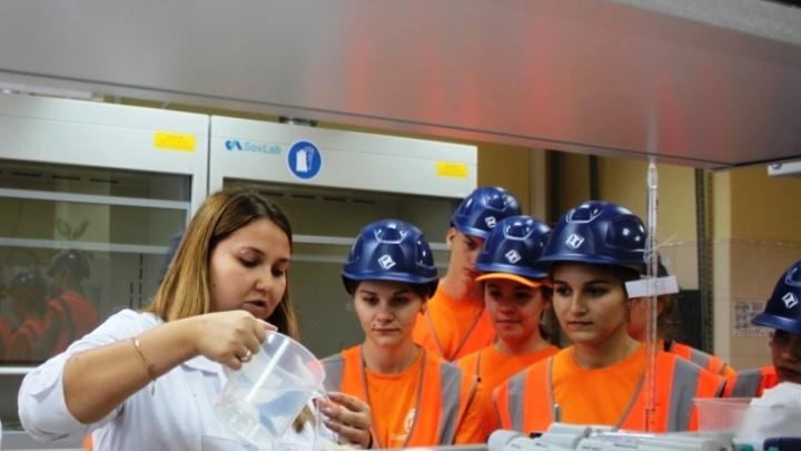 Домики для бактерий и суперточные весы: волонтерам показали производство Гремячинского ГОКа изнутри